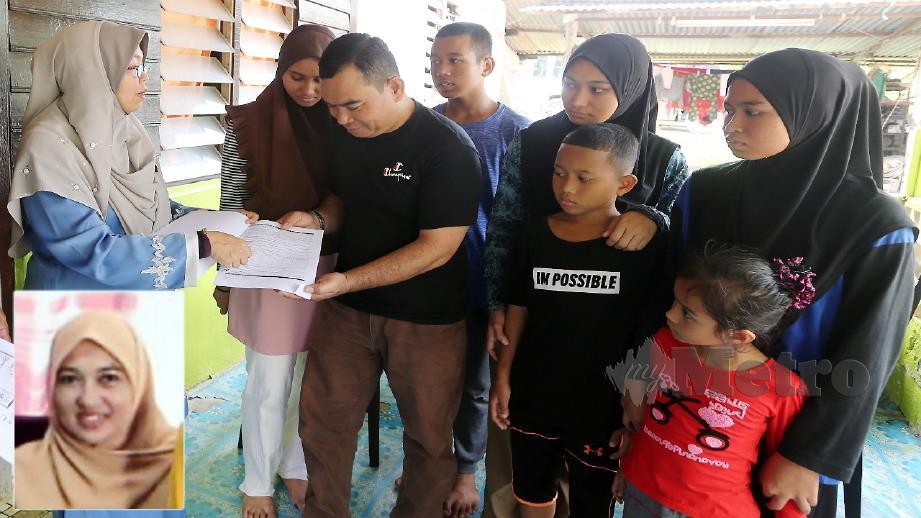 FADHILAH (kiri) menunjukkan borang faedah pencen Penakat PERKESO kepada suami dan enam anak mangsa di rumah mereka di Kampung Bukit Kecil, Paya Dalam. (gambar kecil) Sariani Mohd Sharif. FOTO RASUL AZLI SAMAD