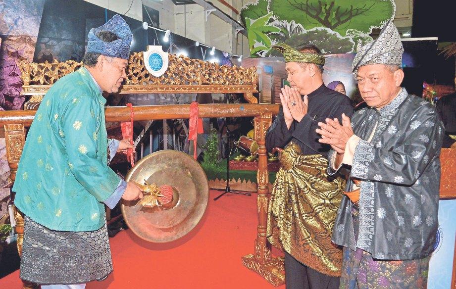 PAIMAN (kanan) berbaju Melayu lengkap ketika perasmian Temasya Silat Seni dan Warisan Selangor pada 2017. FOTO Faiz Anuar