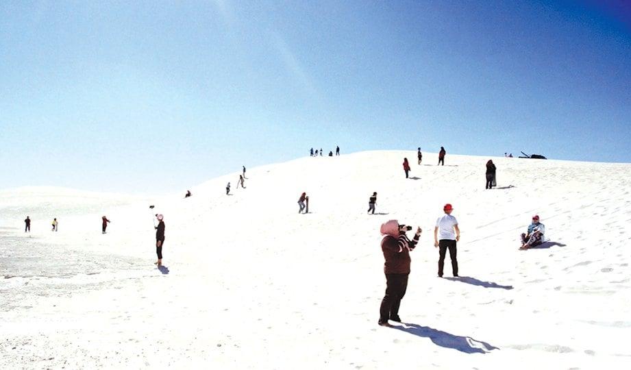 LANCELLIN dua jam perjalanan dari bandar Perth menjadi lokasi tumpuan bagi pelancong melakukan aktiviti luncur pasir.