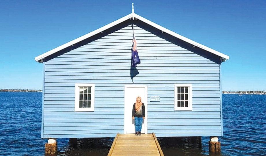 CRAWLEY Edge Boatshed atau Blue Boat House di Swan River antara lokasi popular bagi aktiviti fotografi di bandar Perth.