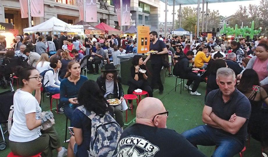 PASAR malam Twillight Hawkers Market di Bandar Perth yang meriah hanya diadakan setiap Jumaat, antara Oktober hingga April sahaja.