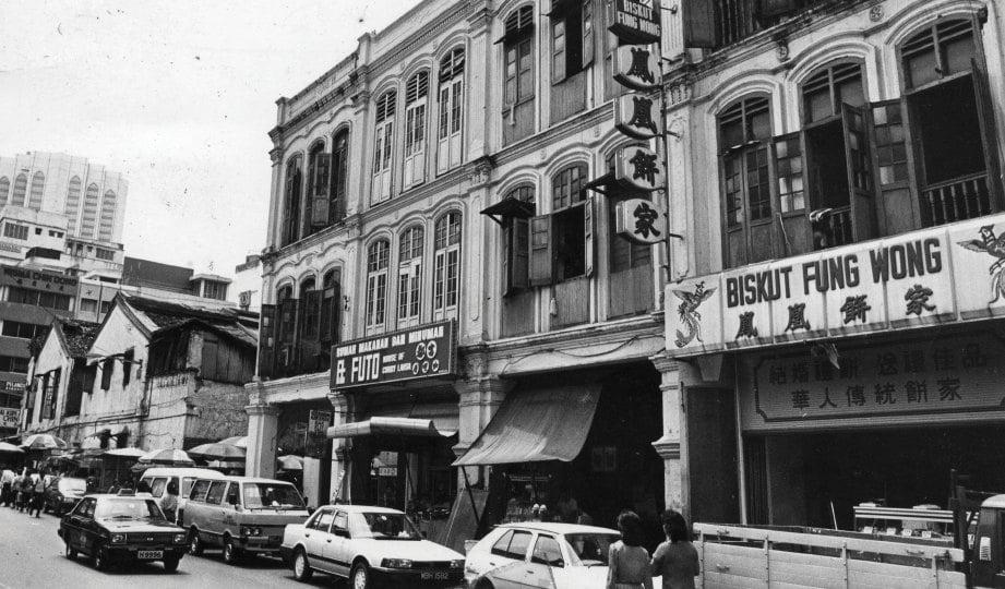 DULU. Bangunan kolonial British di sepanjang Petaling Street.