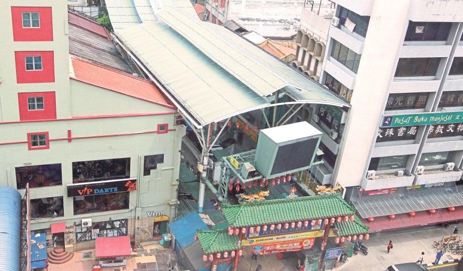 KINI. Petaling Street berubah wajah dengan mempunyai pintu gerbang, papan iklan elektronik dan berbumbung.