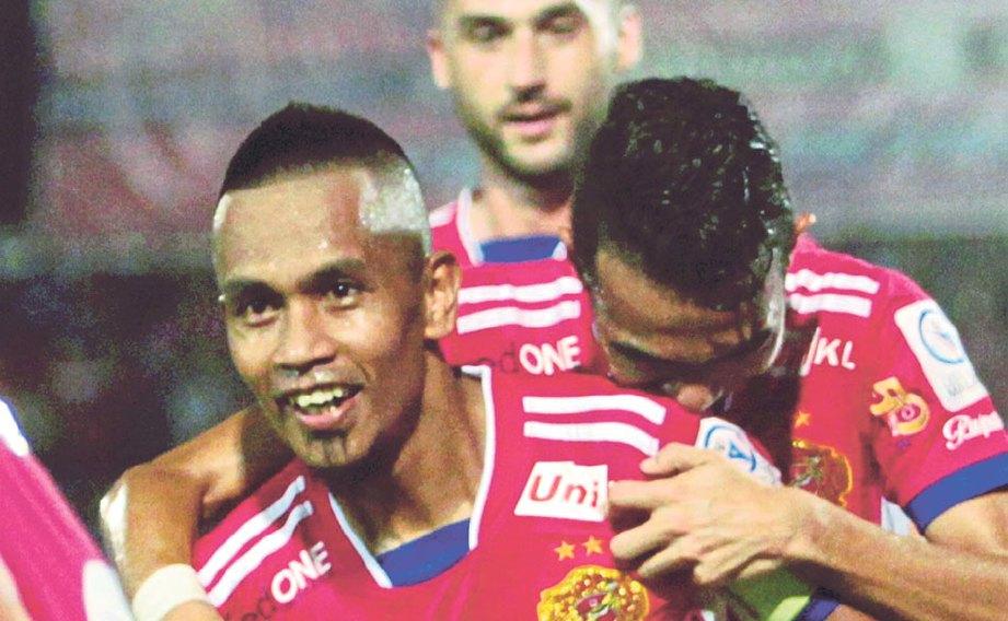BADHRI (kiri) dipeluk rakan sepasukan selepas menjaringkan gol pertama.