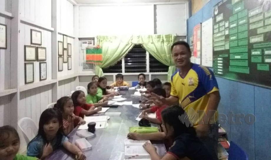 HARRY mengadakan kelas tambahan kepada murid SK Longkungongon, Penampang.