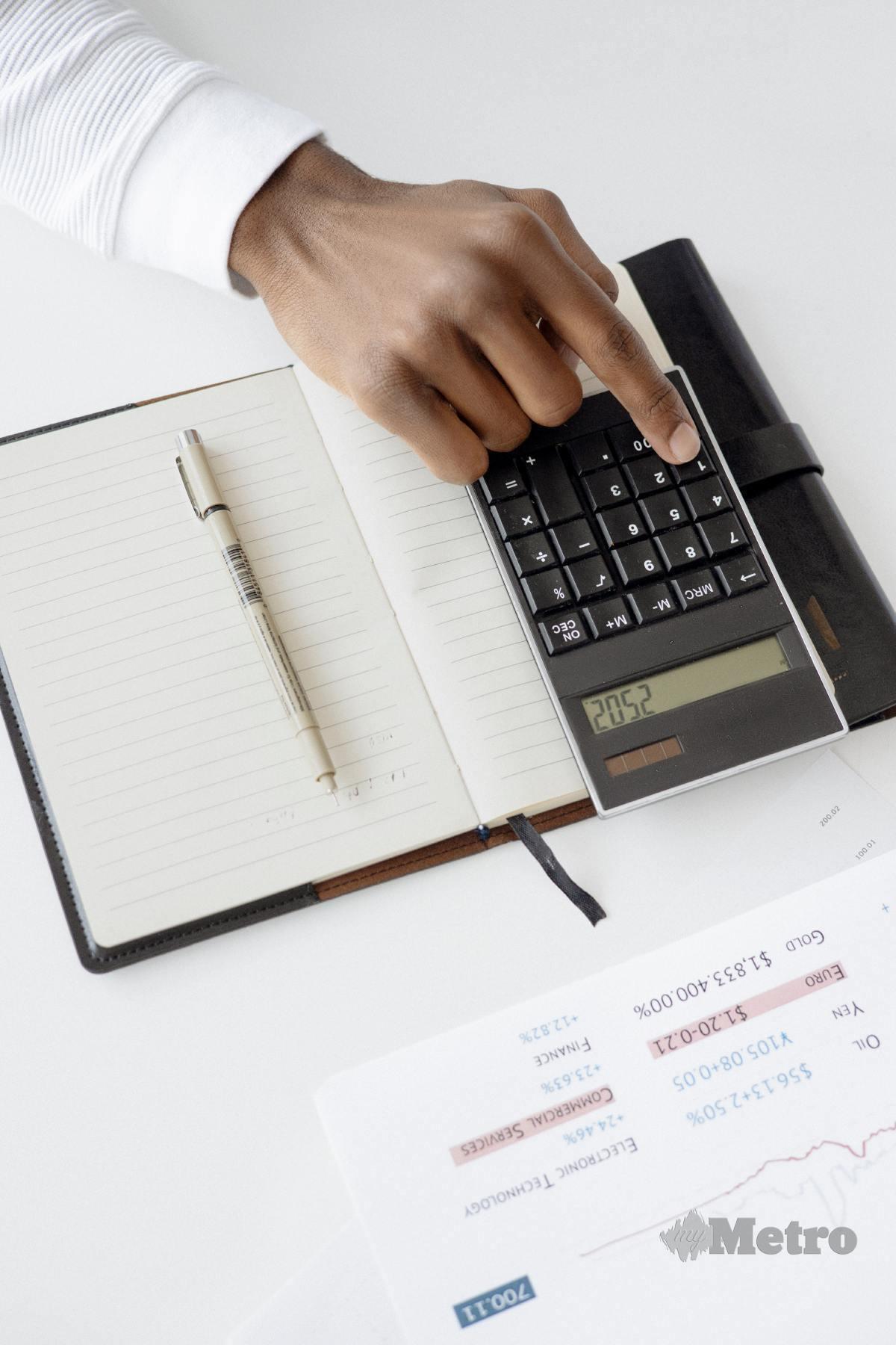 PENGIRAAN belanjawaan dan komitmen penting meneliti beban kewangan setiap bulan sebelum memohon atau menerima tawaran pembiayaan semula pinjaman.