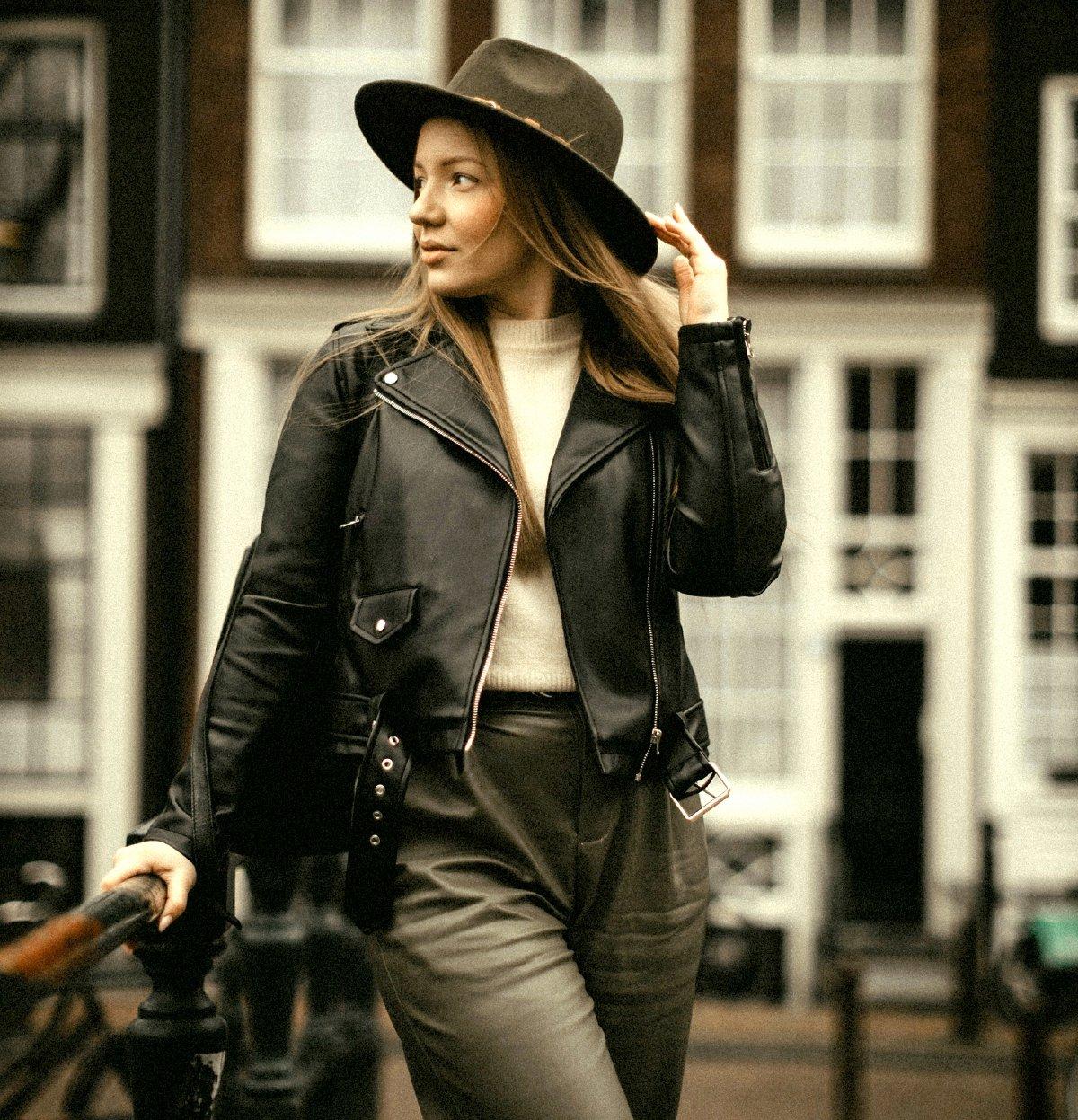GAYA maskulin mampu ditonjolkan dengan mengayakan jaket kulit. - FOTO Google