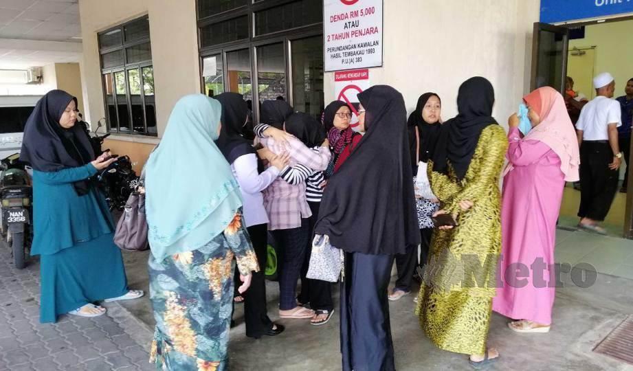 AHLI keluarga mangsa kemalangan pasangan suami isteri tidak dapat menahan sedih ketika menunggu proses bedah siasat di Hospital Jempol. FOTO Abnor Hamizam Abd Manap