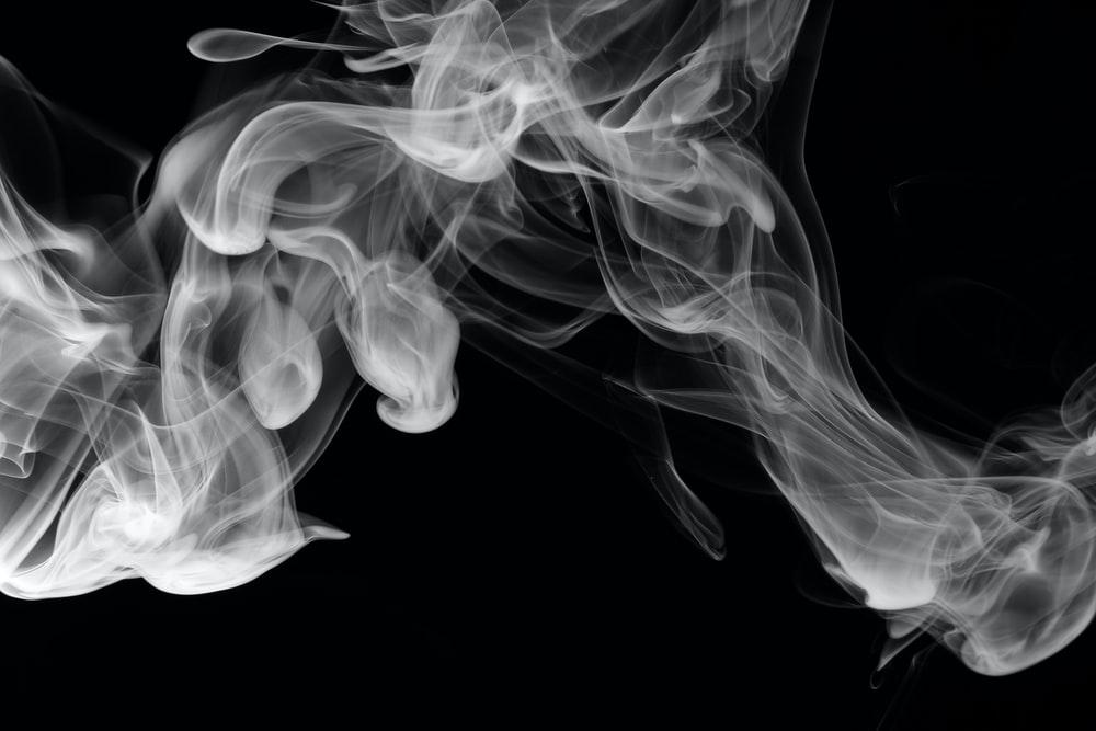 Perokok lebih berkemungkinan berhenti merokok untuk sekurang-kurangnya enam bulan apabila bertukar kepada vape dengan e-cecair nikotin berbanding kaedah terapi penggantian nikotin. - FOTO hiasan