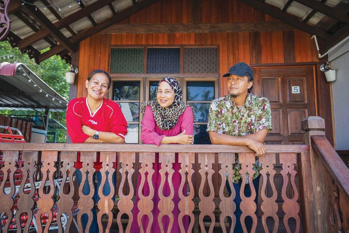 HARYATI (kiri) bersama Fazilah (tengah) dan Ishak, di kediaman pasangan itu yang kini turut ditukar menjadi inap desa.