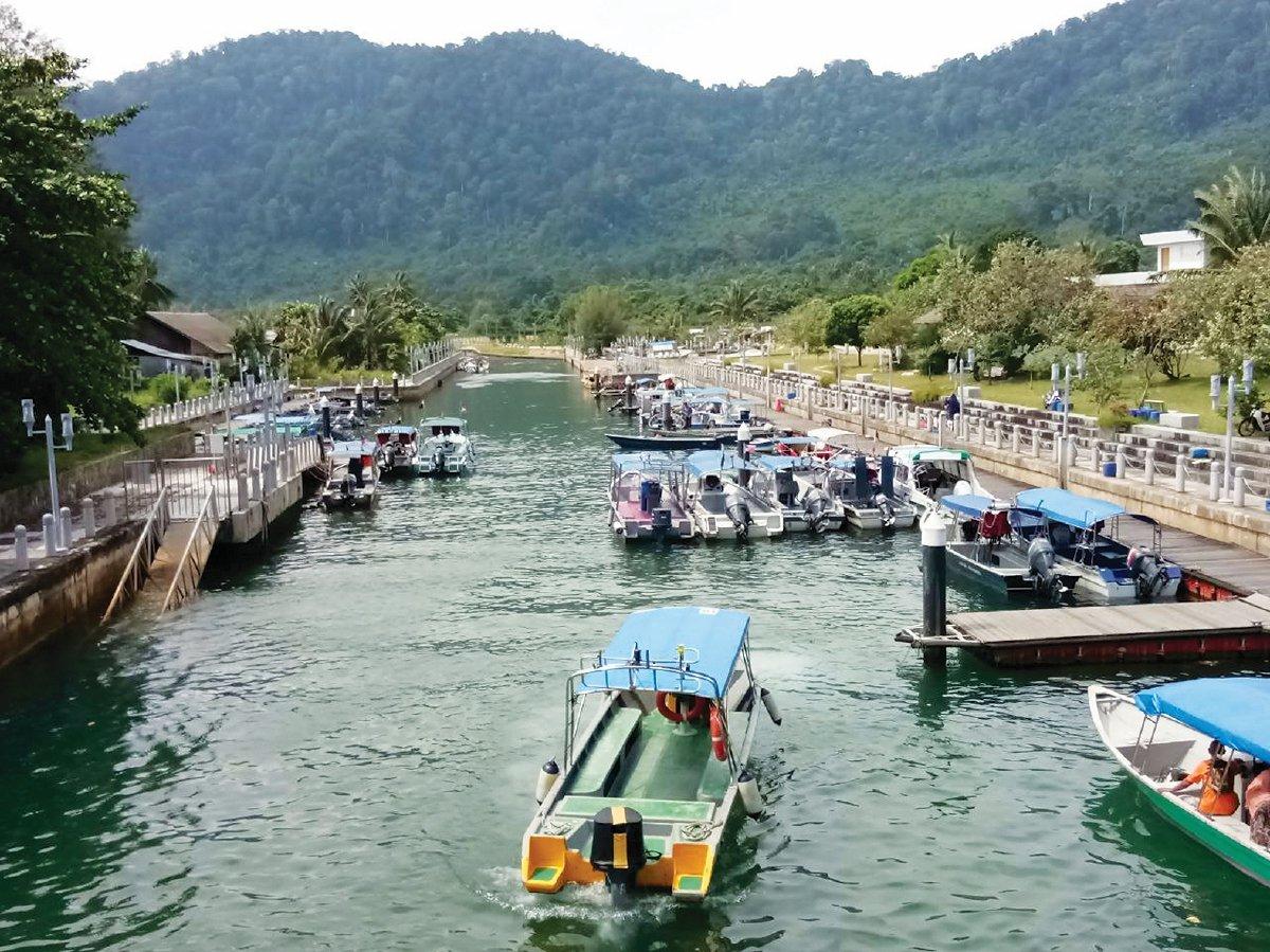 TIOMAN bukan sahaja sebagai lokasi untuk skuba dan snorkeling malah menarik peminat aktiviti candat sotong.