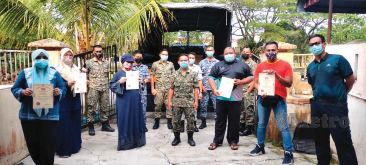 SESI penyerahan barangan bantuan sumbangan warga FBK dan masyarakat setempat kepada wakil kontinjen Malbatt 850-9 ATM di Taman Wangsa Jaya, Tanjung Malim, Perak.