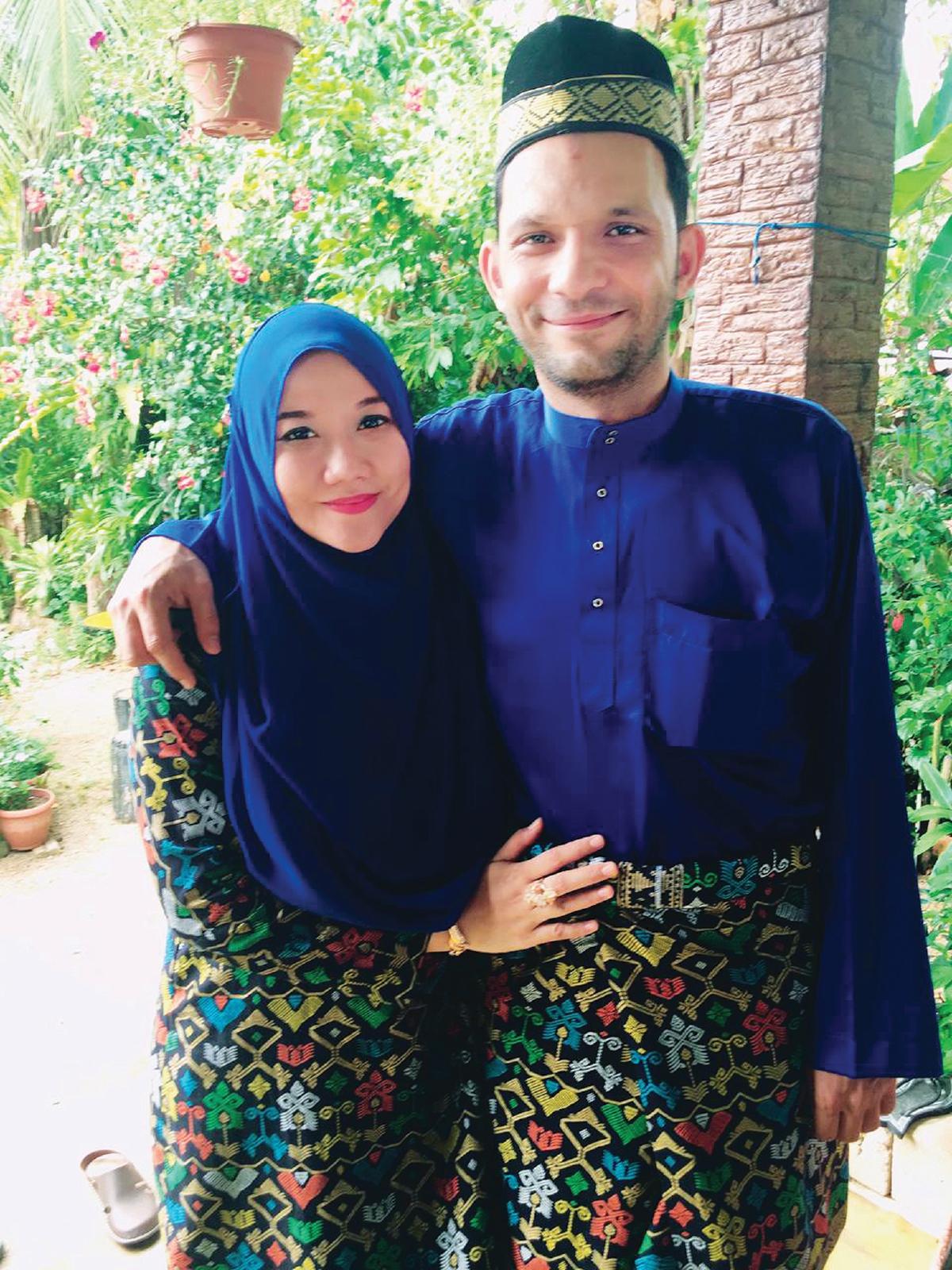 NORSHIELA bersama suami ketika di Malaysia.