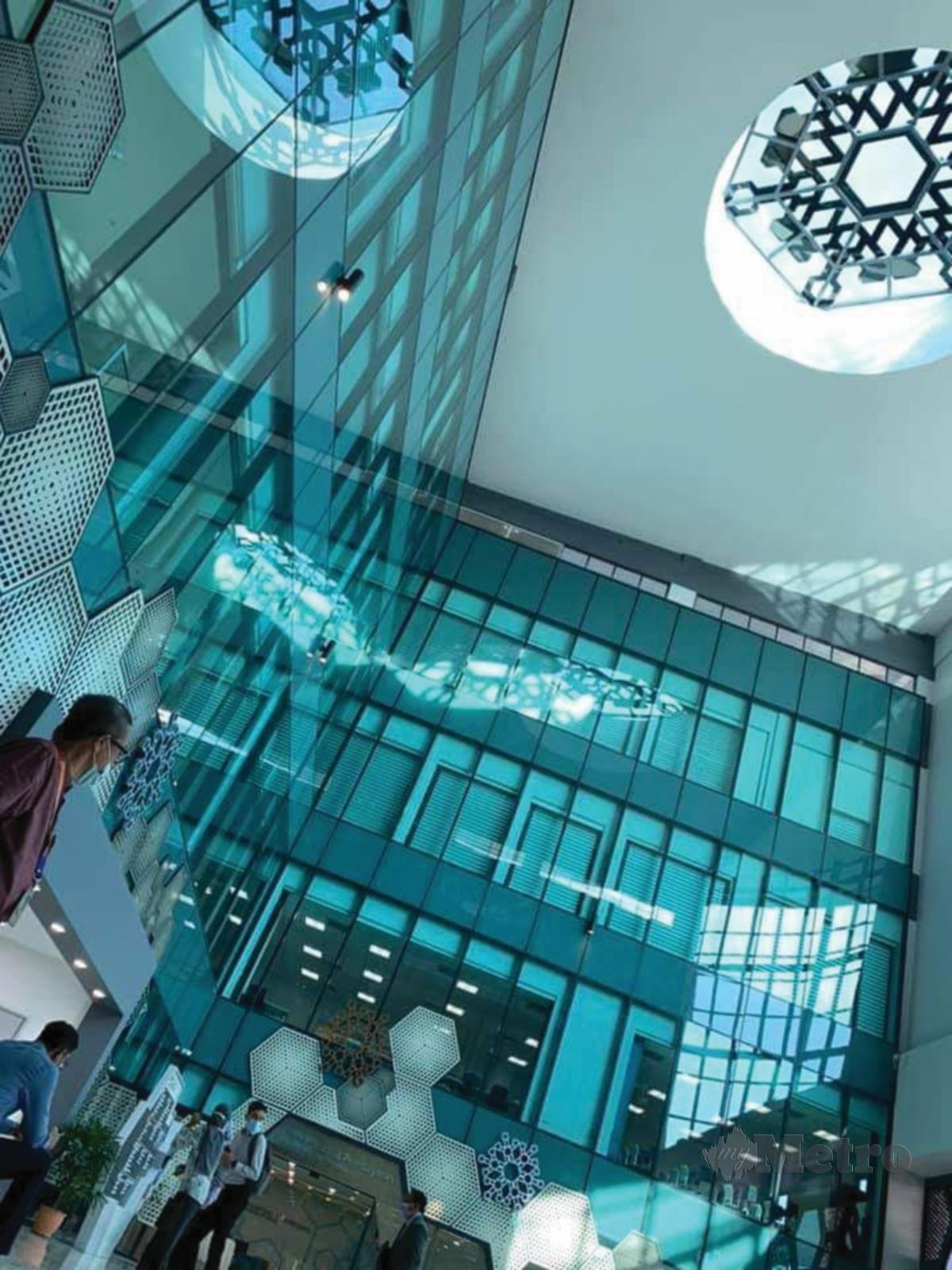 RUANG atrium HUiTM diserikan dengan dekorasi molekul air zamzam.