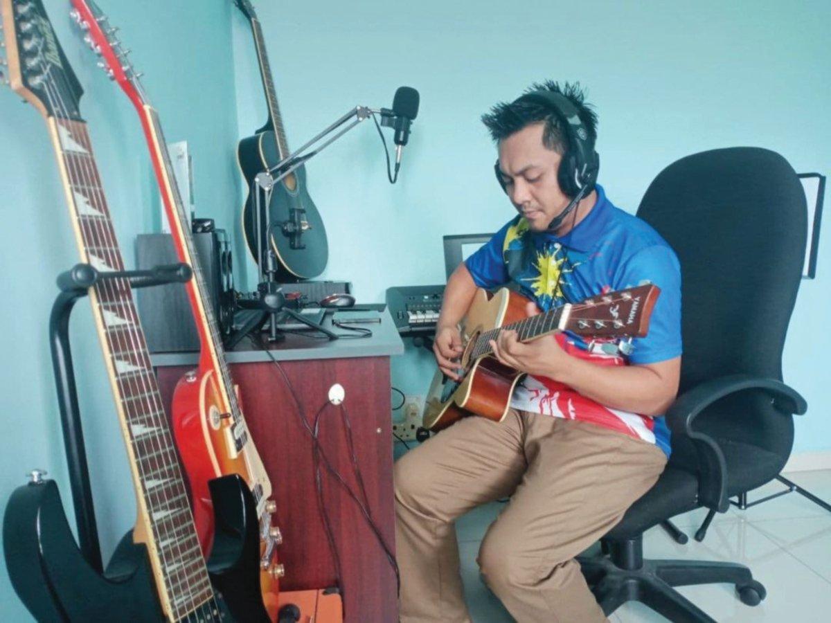 KEMAHIRAN memetik gitar yang dimiliki seorang guru, Mohd Basyir Baharudin, 34,  sebelum memulakan sesi PdPR menarik perhatian pelajarnya.