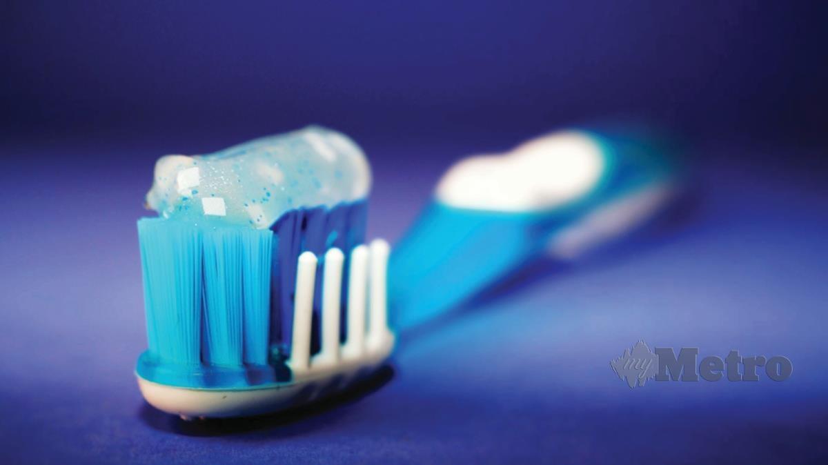 GUNAKAN ubat gigi berfluorida.