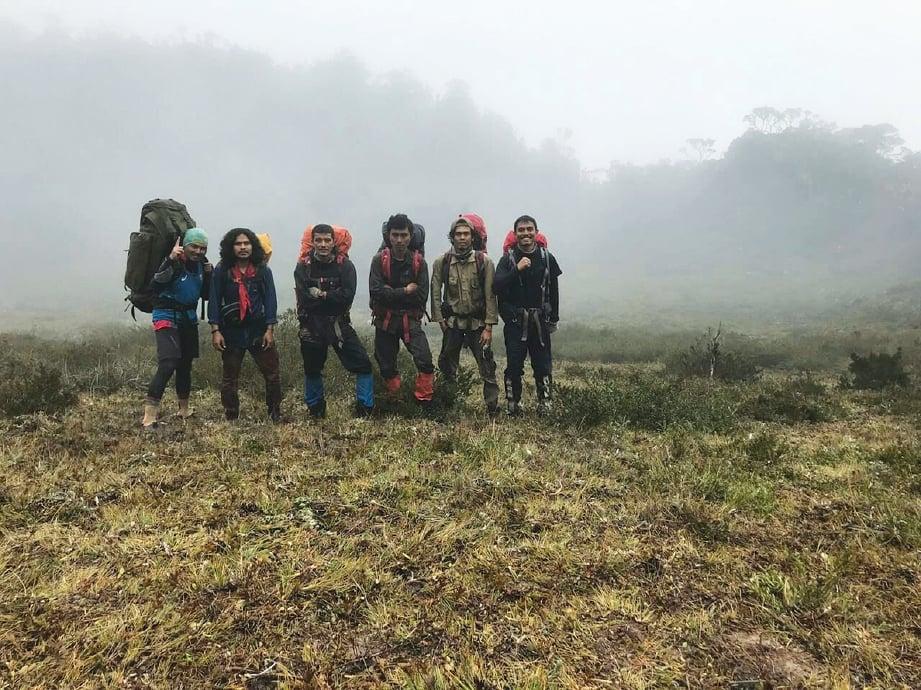 PENULIS (kiri) bersama lima pendaki Aceh. FOTO Khairil Aslan Ab Rashid