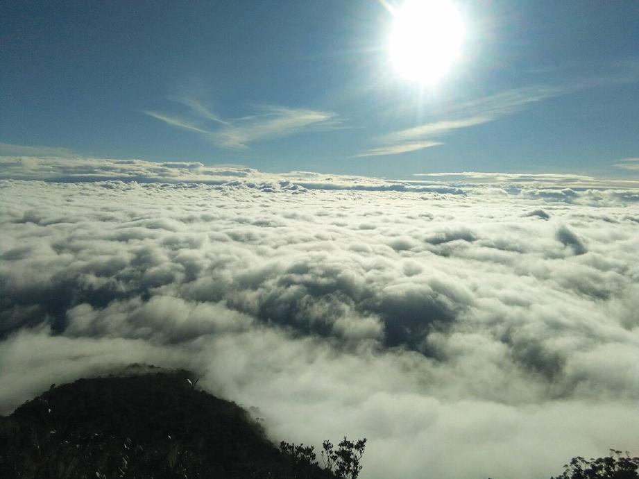 PEMANDANGAN puncak gunung di atas awan. FOTO Khairil Aslan Ab Rashid