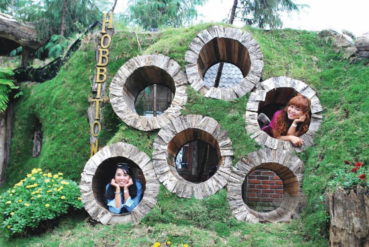 KEUNIKAN rumah 'hobbit' menarik perhatian pengunjung.