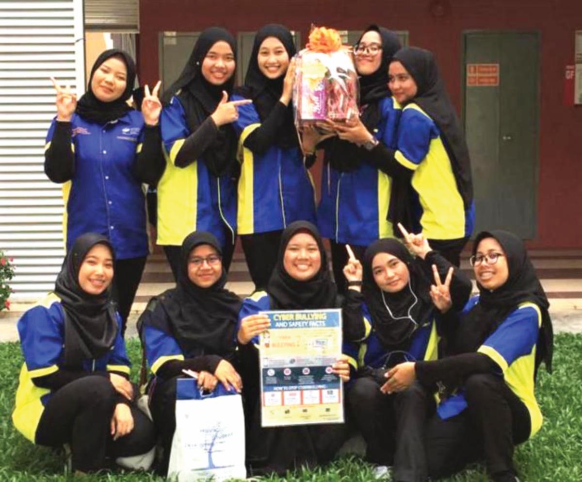 NUR Masyitah dan rakan bergambar kenangan selepas memenangi Kategori Pasukan Infografik Terbaik dan Persembahan Terbaik dalam pertandingan OSEM di UUM.