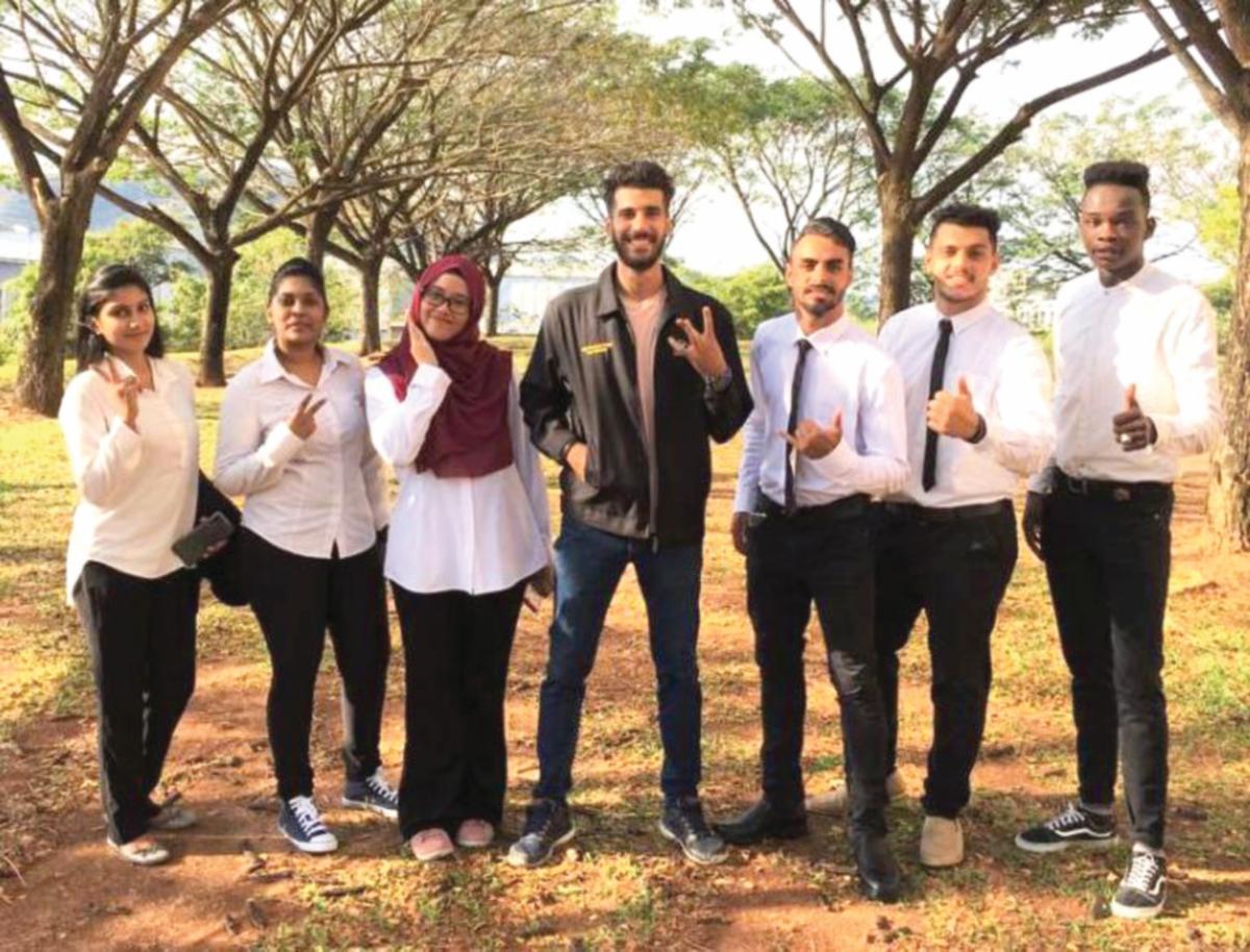 NUR Masyitah (tiga dari kiri) bergambar bersama ahli Exco Pelajar Antarabangsa MPP, UniMAP.
