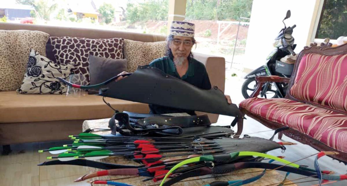 SUFYAN bersama busar unik ciptaannya.