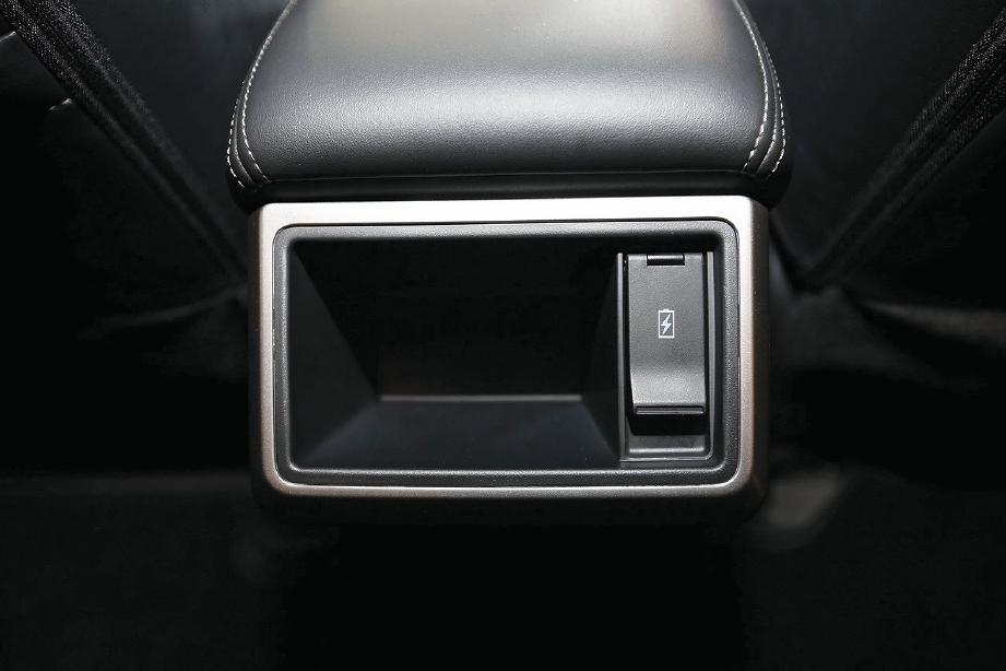 PENGECAS USB dan ruang meletak telefon penumpang belakang.