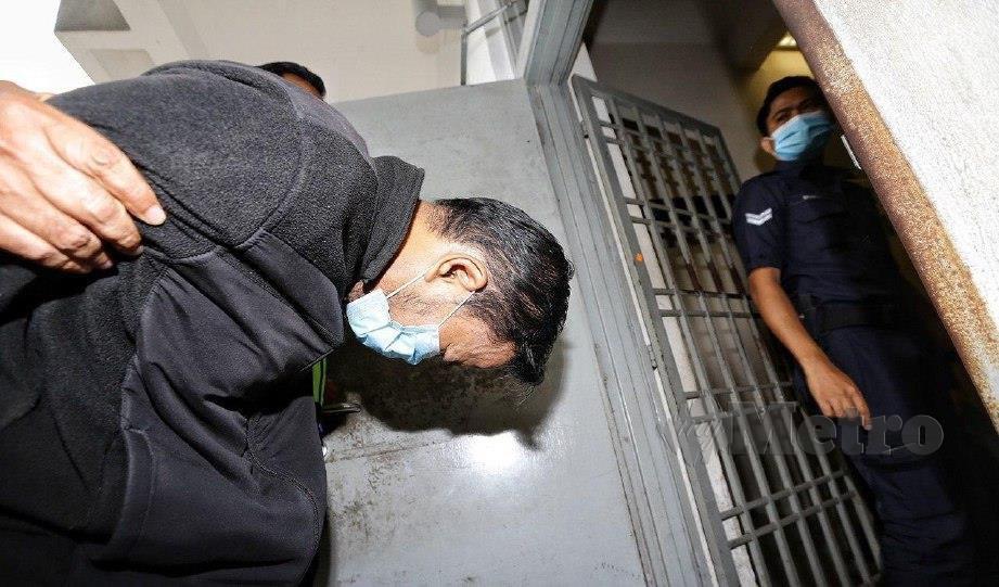 TERTUDUH ketika dibawa ke mahkamah hari ini. FOTO Mohd Fadli Hamzah