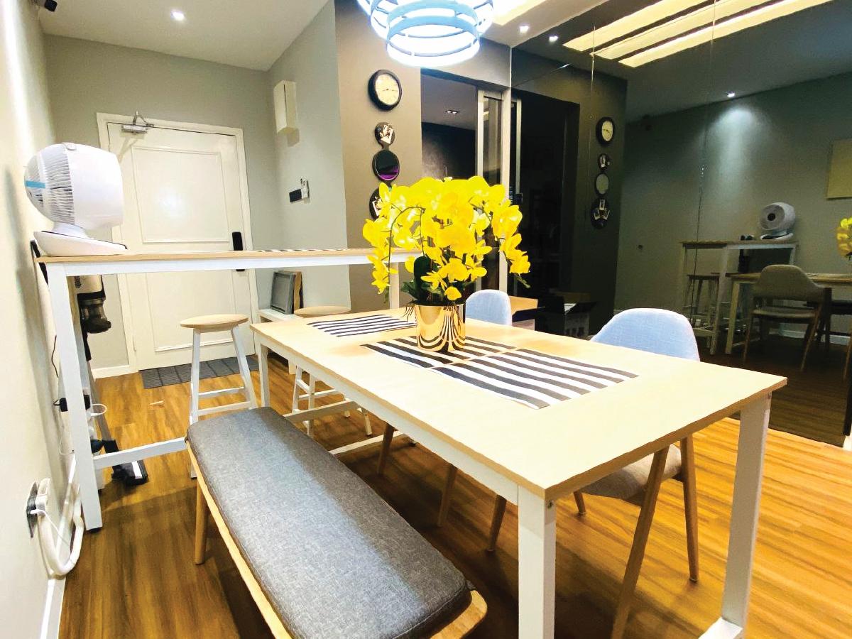PEMILIHAN meja makan yang menjimatkan ruang.