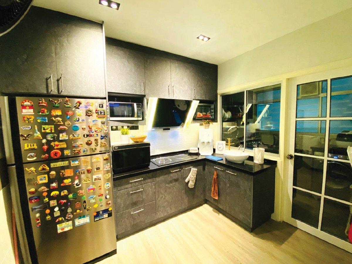 DAPUR kering yang dilengkapi kabinet dapur.