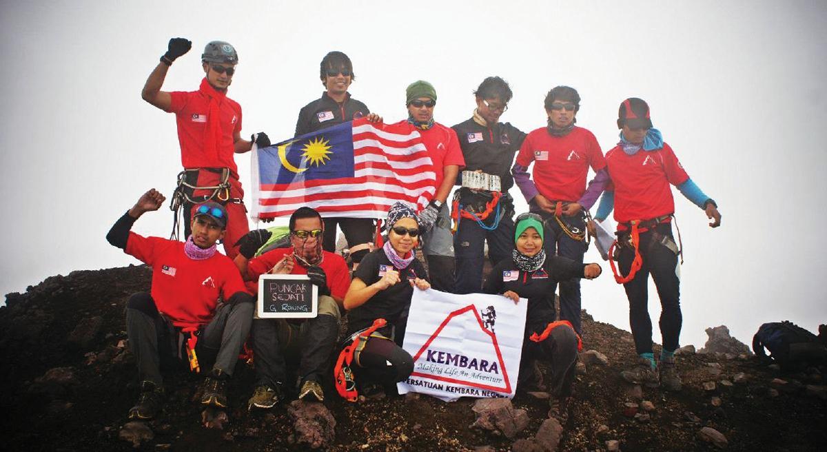 PENDAKI dari Malaysia yang berjaya menawan Puncak Sejati, Gunung Raung, Indonesia.