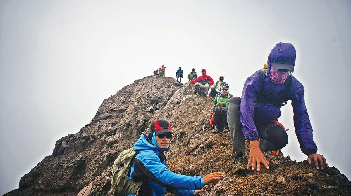 LALUAN mencabar yang perlu dilalui pendaki, di kiri dan kanan adalah gaung.