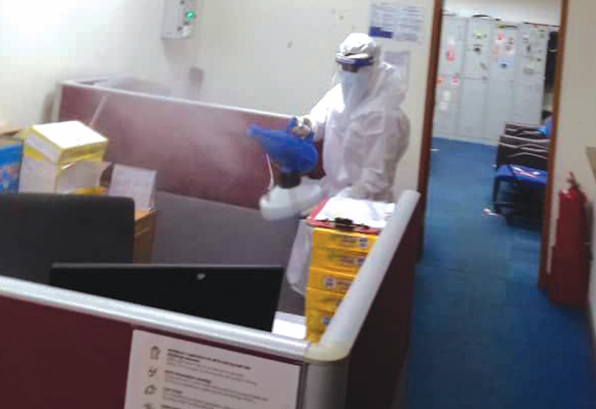 MAKAIN turut melakukan kerja sanitasi bagi meringankan tugasan staf yang terkena jangkitan.