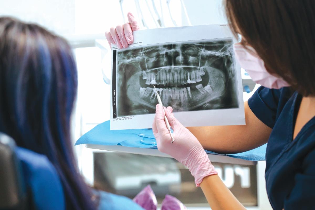 MEMBUAT pemeriksaan berkala perlu bagi memastikan keadaan gigi yang cedera pulih. - FOTO Google