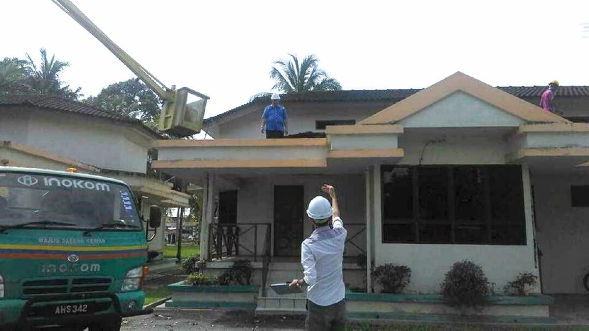 KERJA-kerja pemeriksaan bumbung bangunan dilakukan bagi mengenal pasti punca kebocoran atau resapan air ke dalam bangunan.