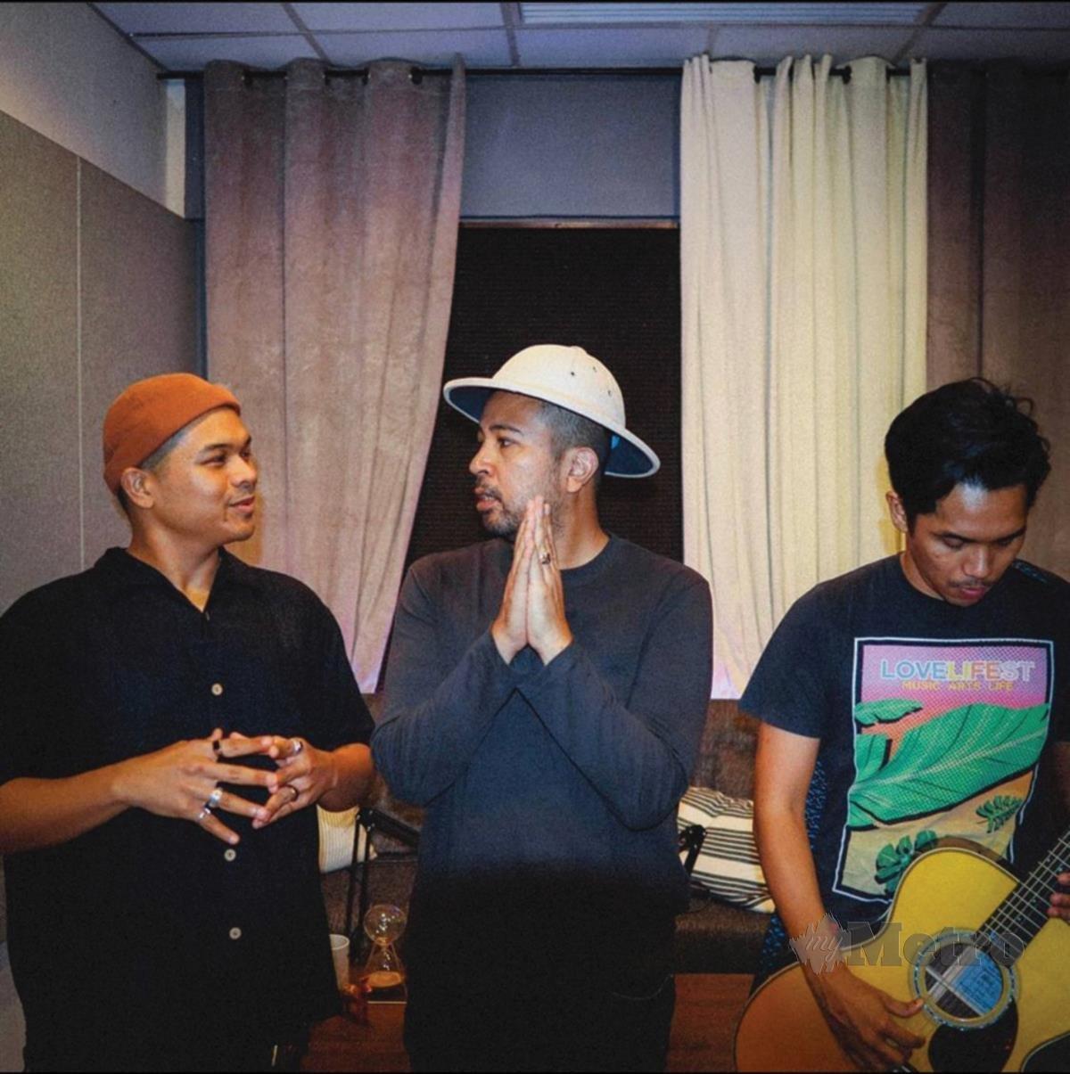 AIZAT turut terbabit dalam penerbitan album terbaharu Monoloque  berjudul Lagu Perang.