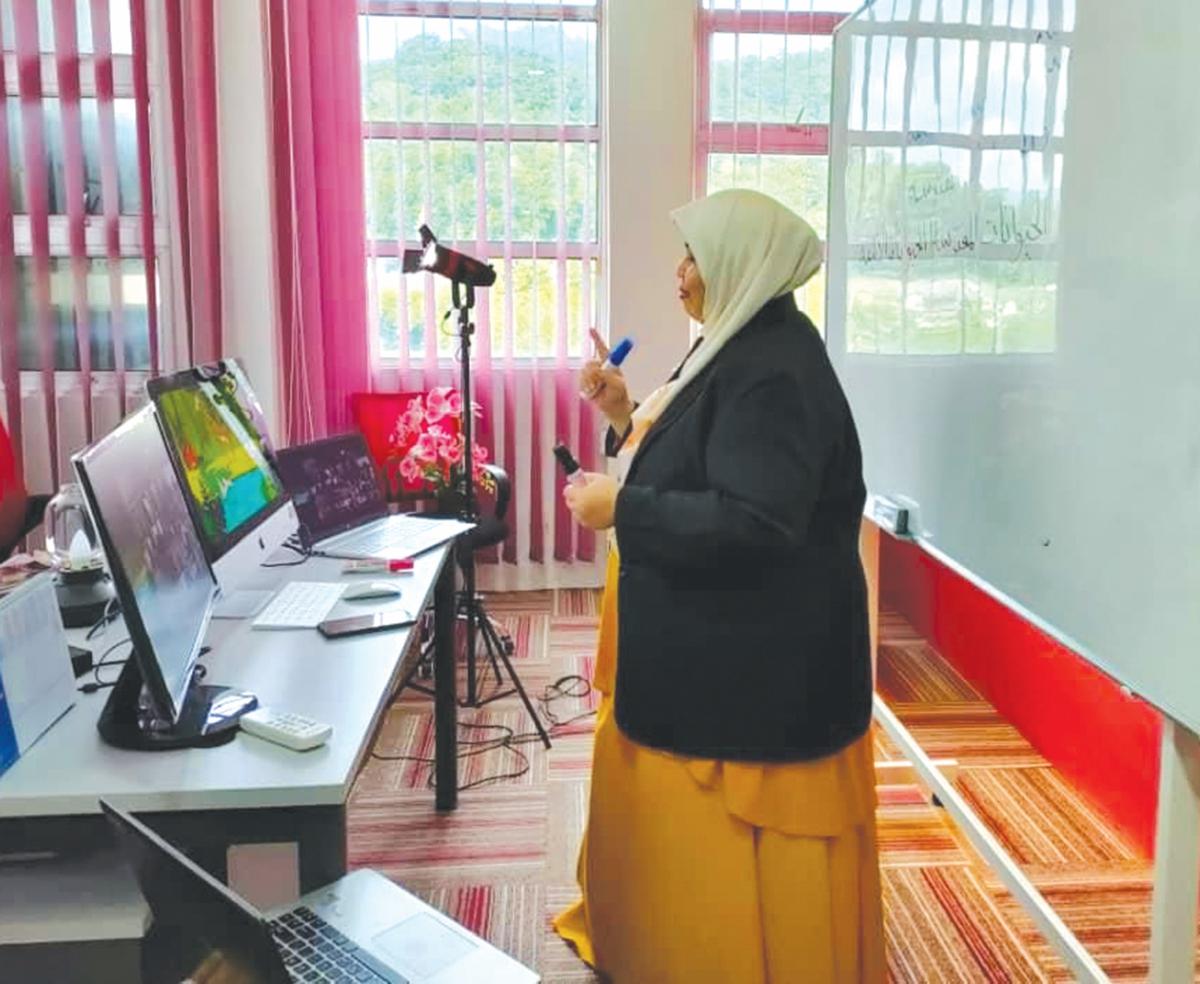 Ustazah Siti Hasliza ketika mengadakan kelas secara maya.