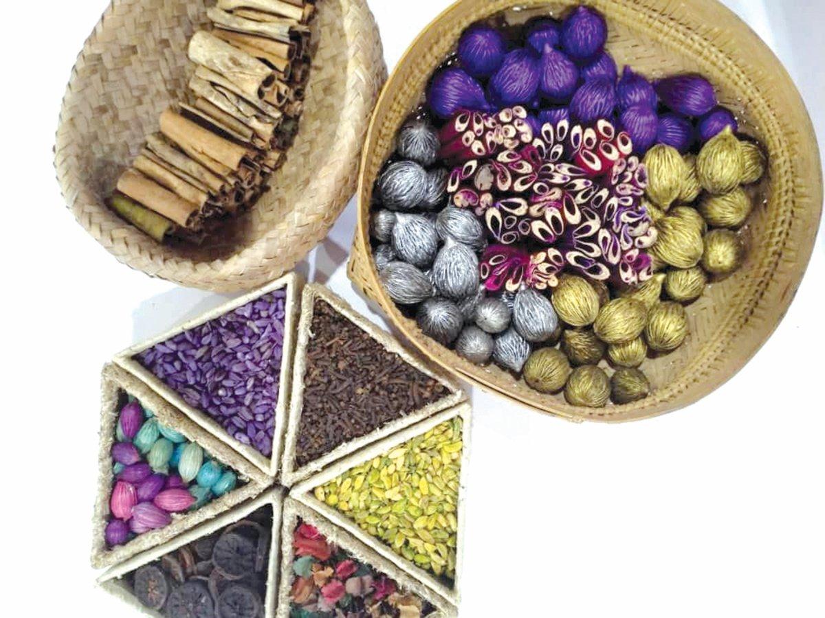 GABUNGAN rempah ratus, pinang puteri dan beberapa bahan alami lain untuk gubahan bunga hiasan.