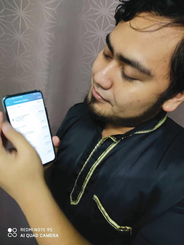 AIZAT memanfaatkan pemberian duit raya atas talian kepada adiknya.