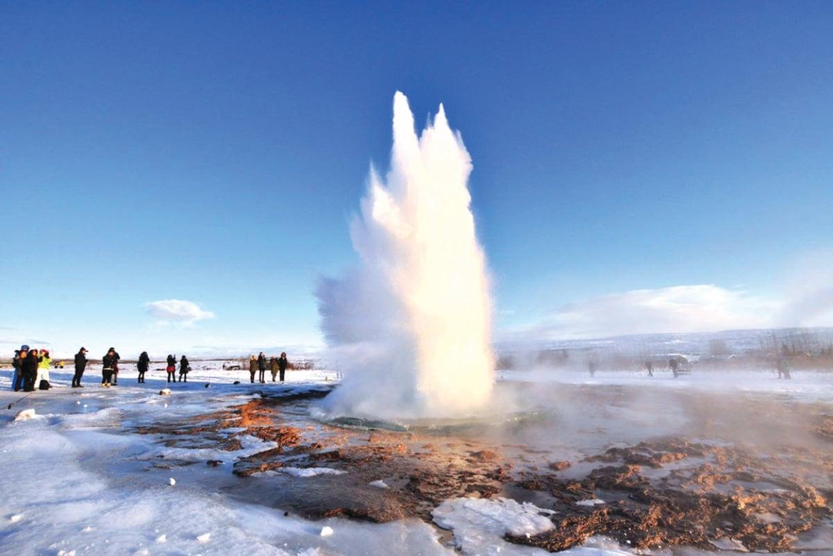 FENOMENA mata air panas terpancut ke udara dengan deras disusuli wap tarikan utama apabila berkunjung ke Iceland.