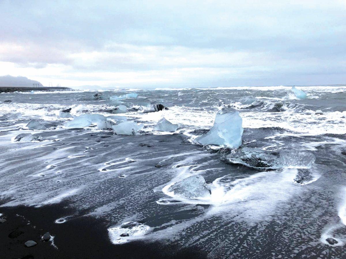 RUPA ketulan ais di Pantai Diamond bagaikan taburan berlian.