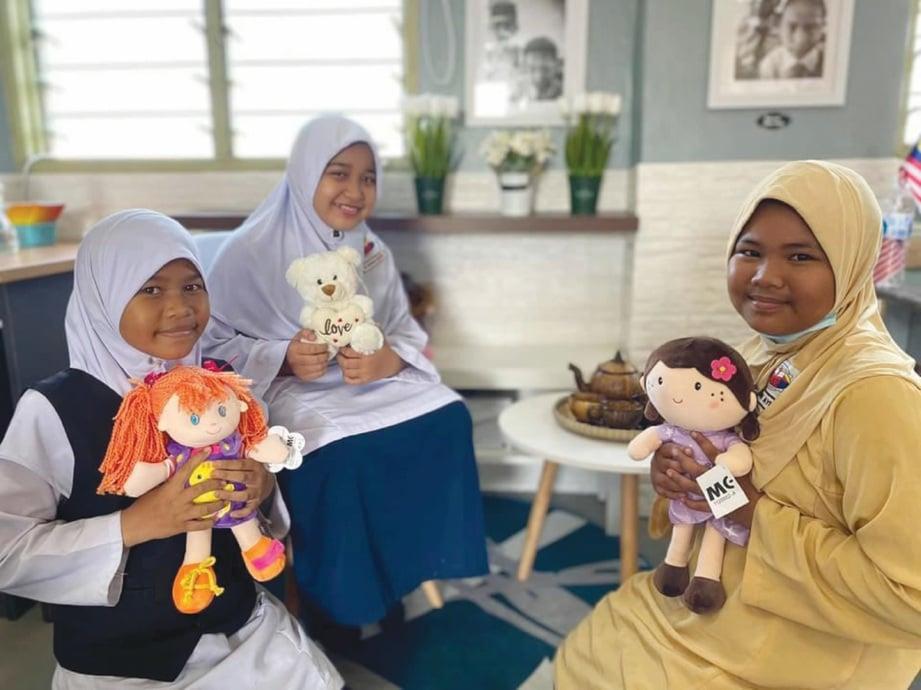 MURID perempuan berehat di sudut anak patung.