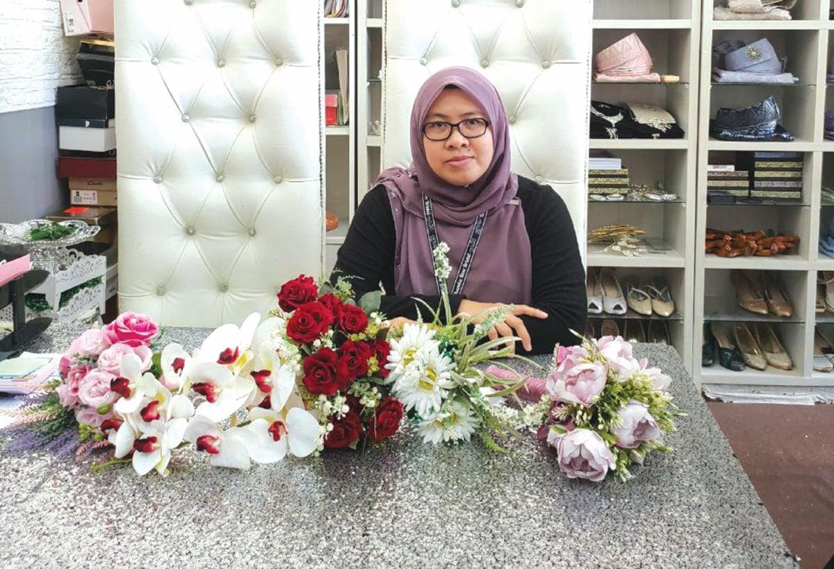 AINI Rusmiza menggubah bunga tangan mengikut permintaan dan kesesuaian pengantin.