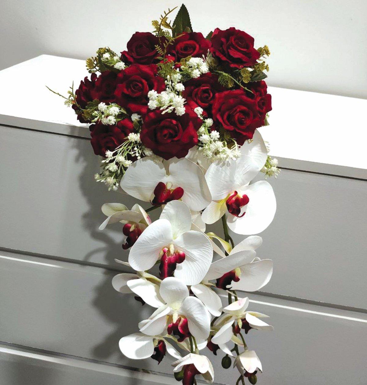 BUNGA romantis seperti bunga ros menjadi bunga dalam gubahan bunga tangan.