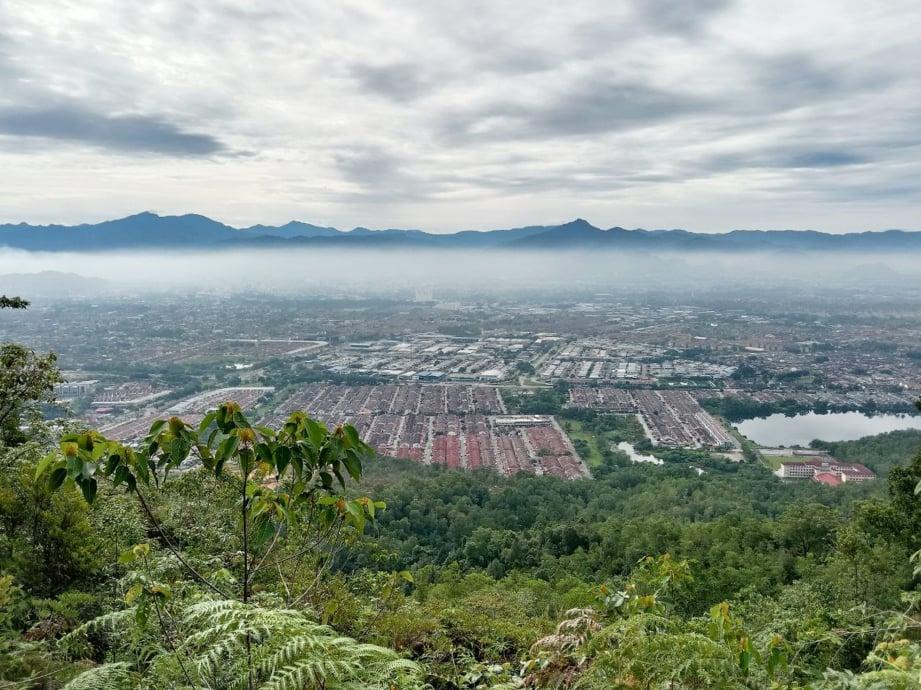 PEMANDANGAN indah bandar raya Ipoh dari puncak Bukit Kledang.