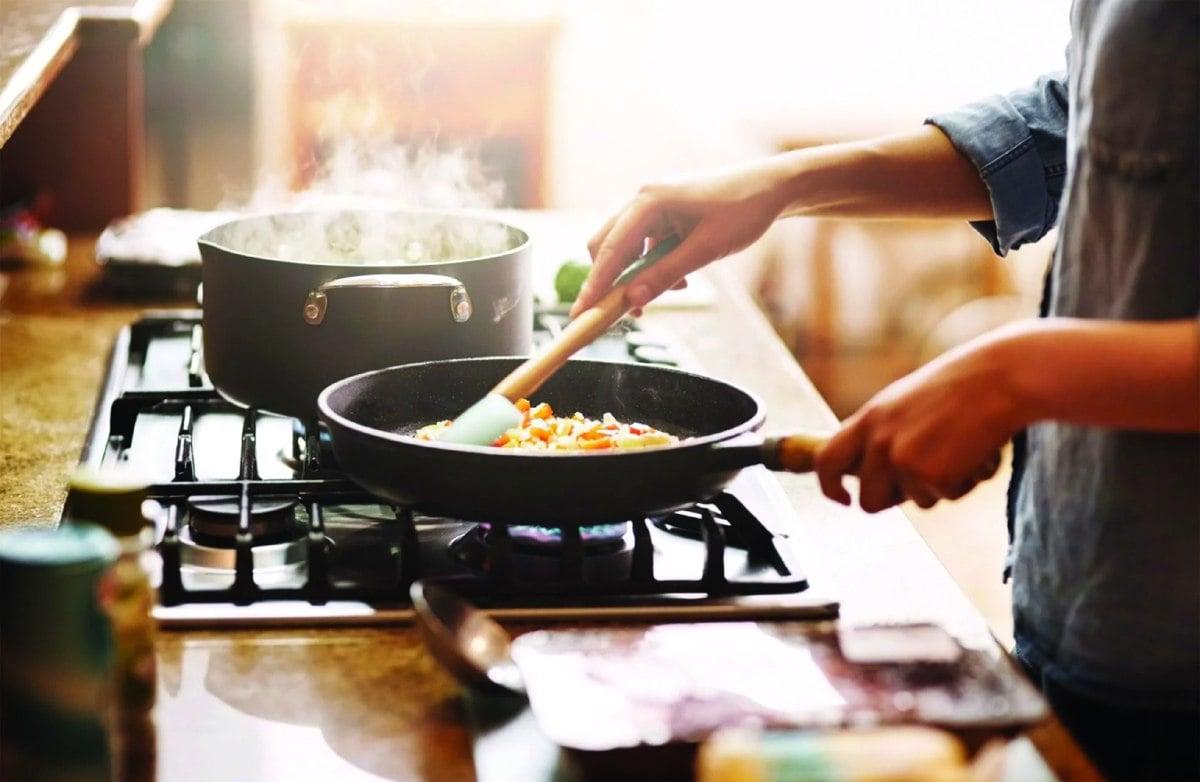 KESELAMATAN penyediaan makanan antara faktor penting apabila menggunakan peralatan dapur. - FOTO Google
