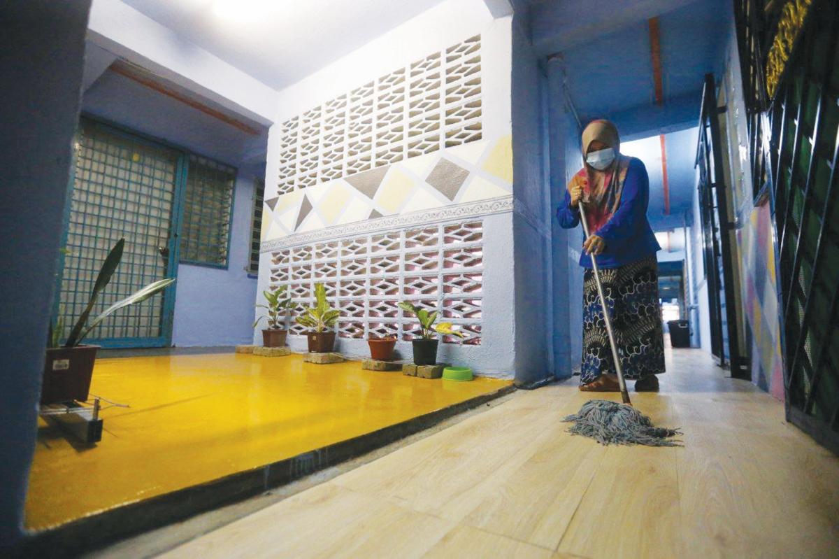 SUKARELAWAN turut menjaga dan memantau aspek kebersihan kawasan pangsapuri.