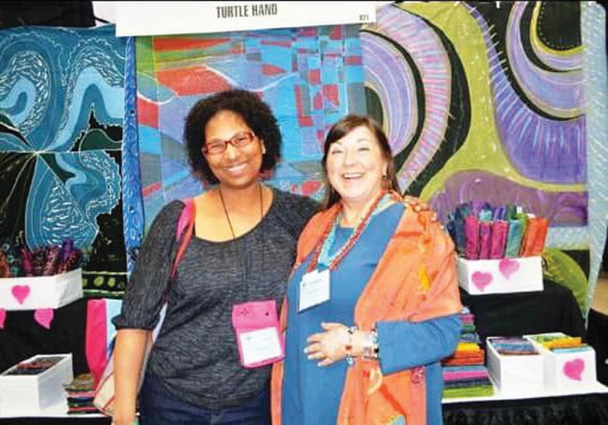 TINA (kanan), pemilik Turtle Hand Batik yang memasarkan batik hasil karya Mustaqim di Amerika Syarikat.