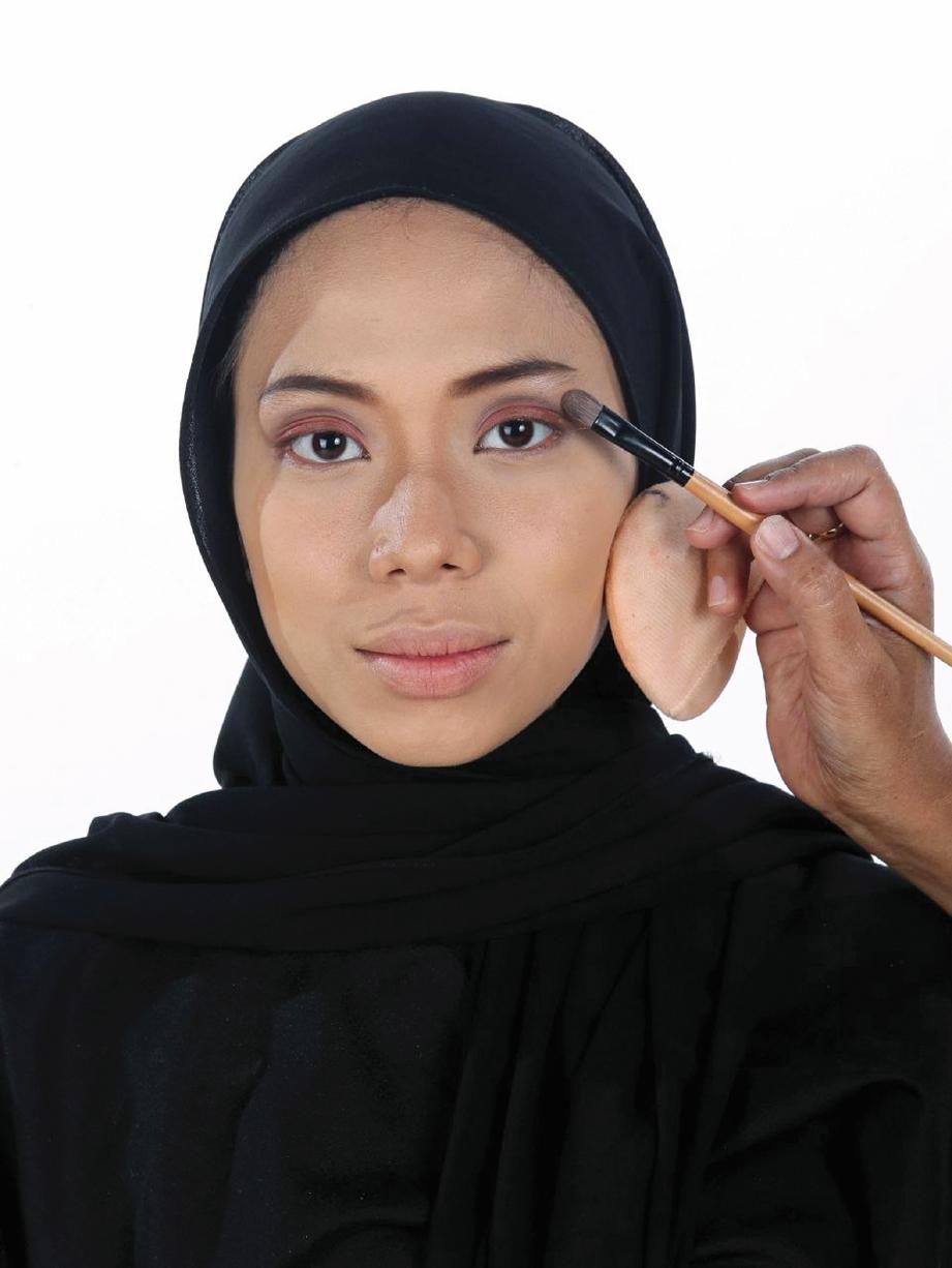 PILIH rona pembayang mata yang sesuai dengan warna kulit dan pakaian digayakan.