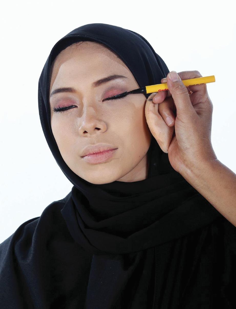 BENTUK garisan mata menggunakan penggaris mata roma gelap untuk menghasilkan solekan mata yang lebih bundar.